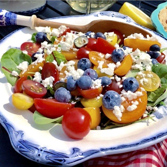 Enklare blir det inte! Tomatsallad med söta färska blåbär, salt fetoast och kryddigt bladgrönt är gott till det mesta!