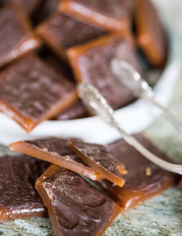 hemgjord daim med mörk choklad