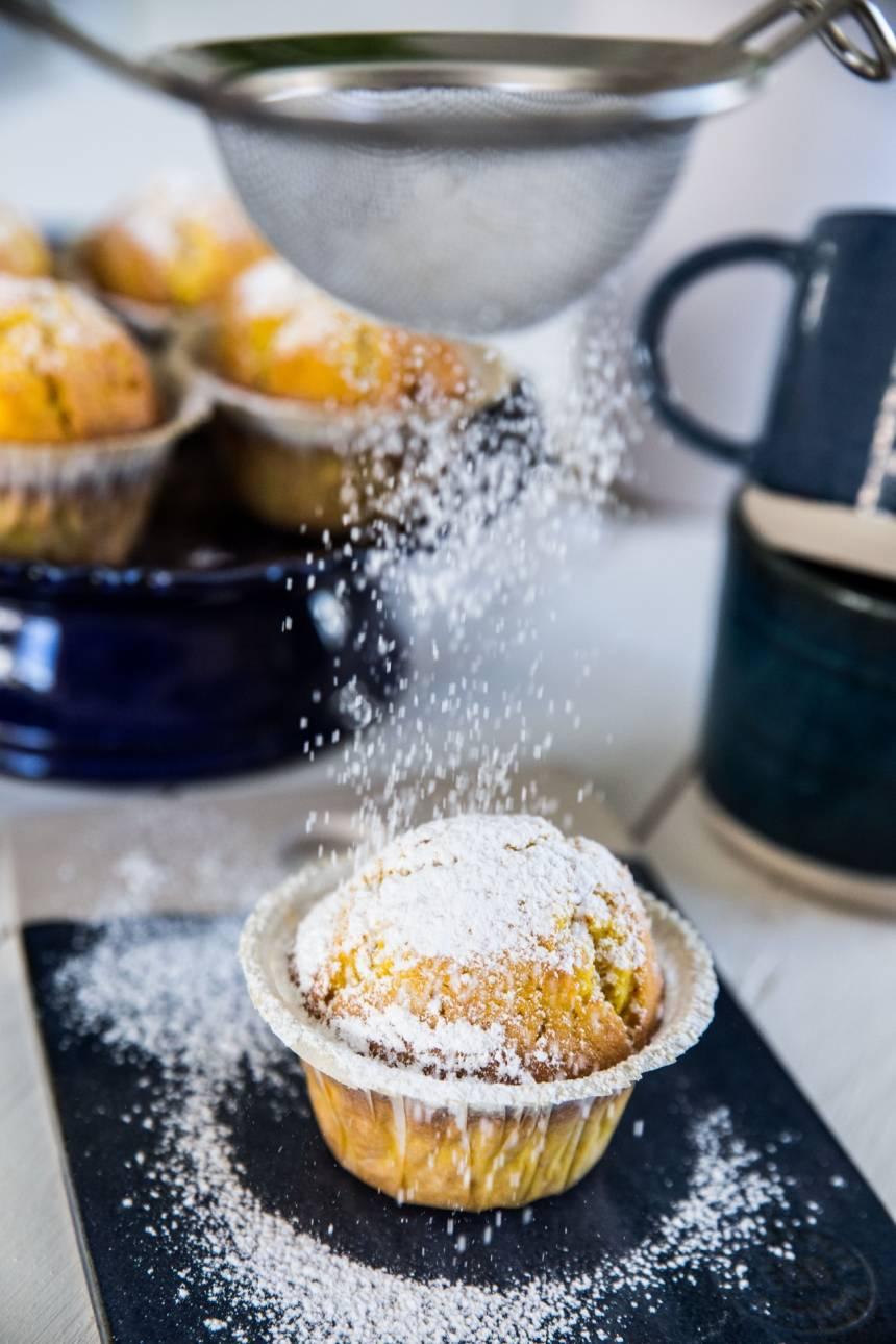 muffins med saffran, pudrade med florsocker