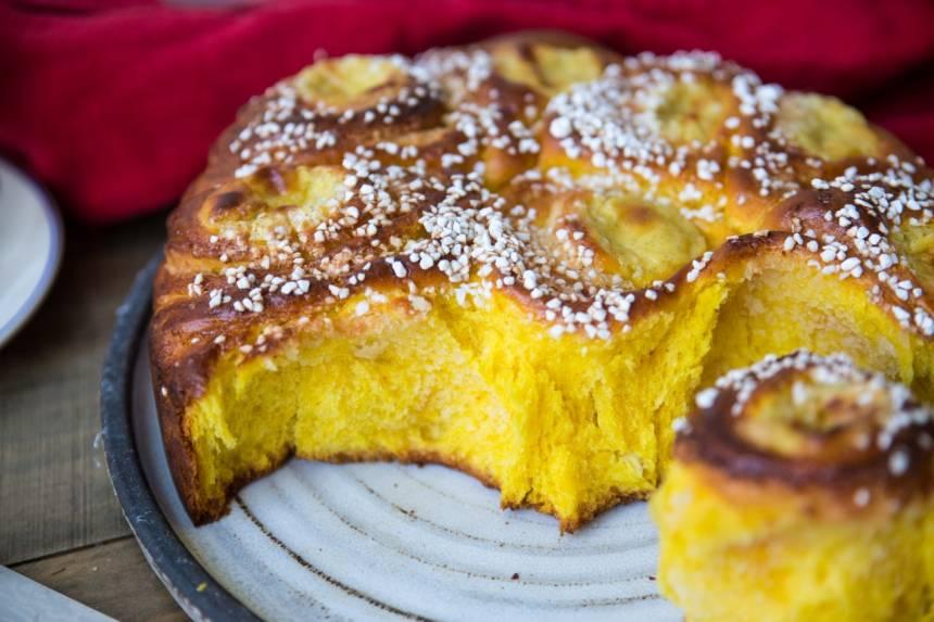 butterkaka med saffran fylld med mandelmassa och vaniljkräm