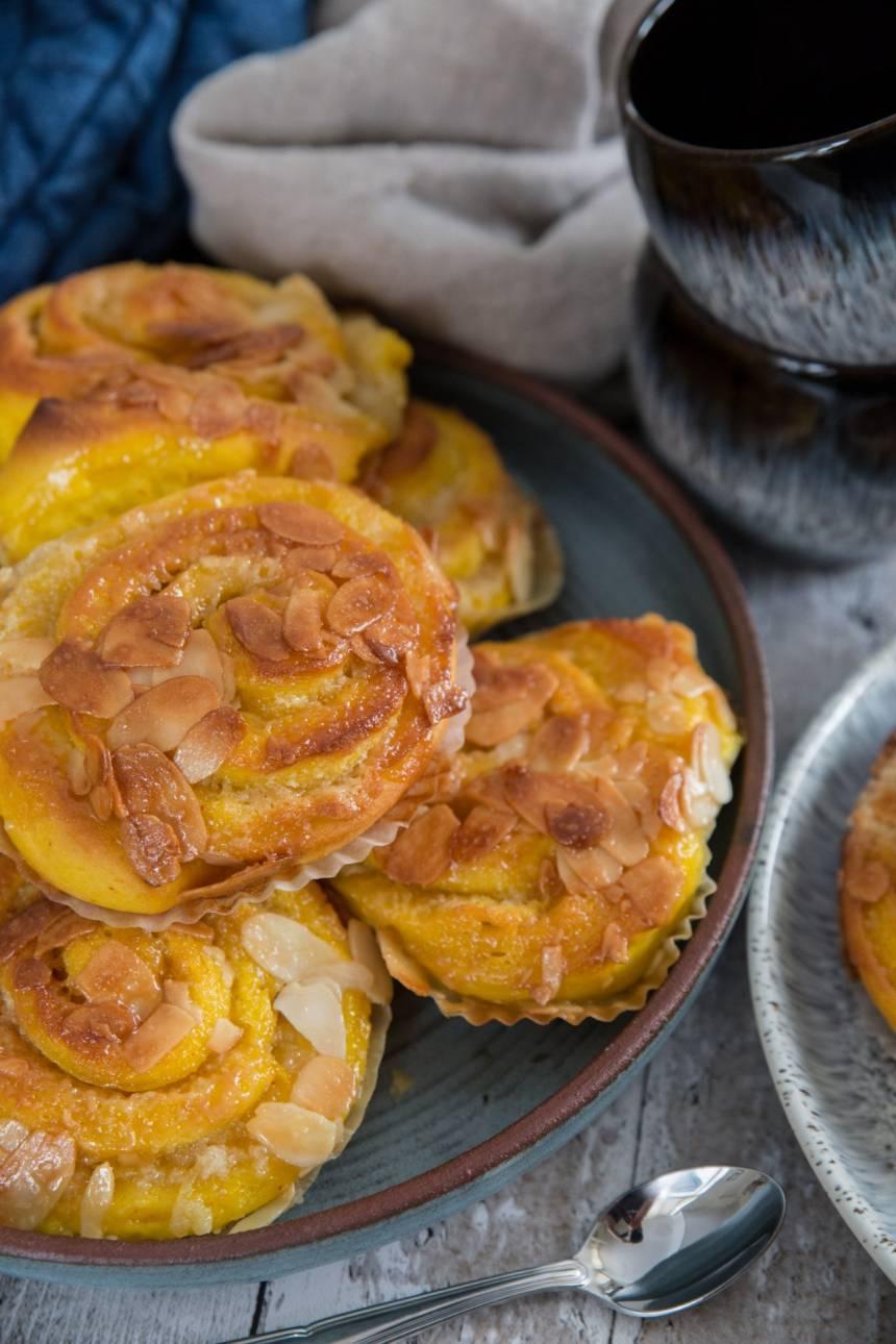 saffransbullar med mandelmassa och tosca