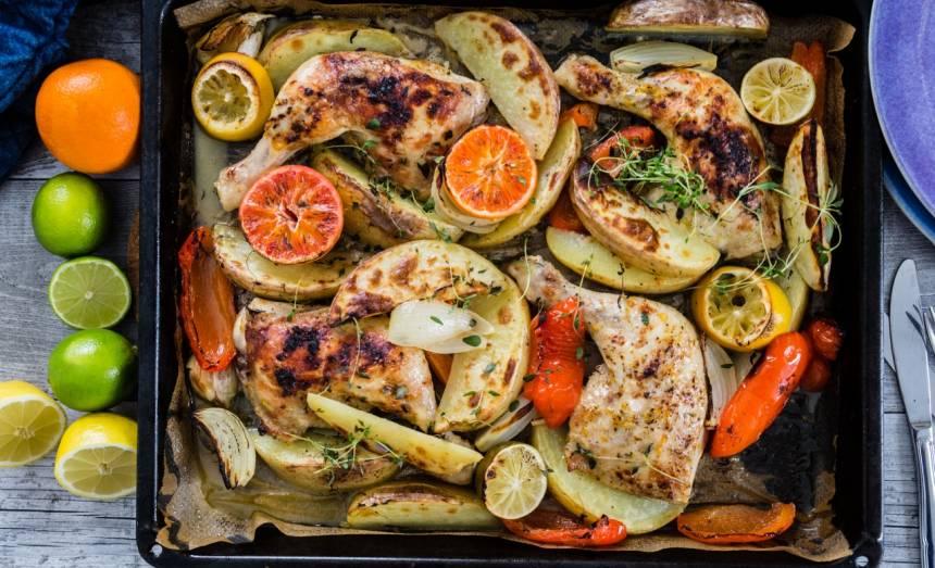 Kyckling i ugn mad massor av grönsaker som bakas samtidigt som kycklingen
