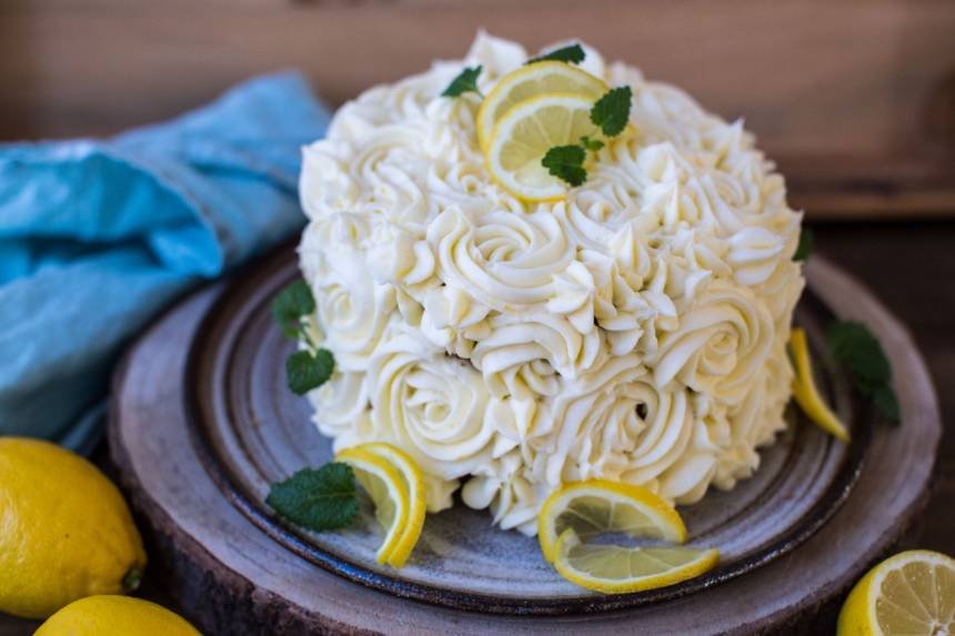 Läcker morotstårta med frosting med smak av citron