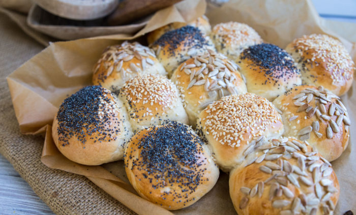 Underbart bröd i långpanna med olika fröer