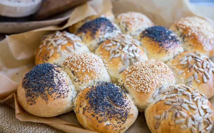 Saftigt bröd i långpanna med olika fröer