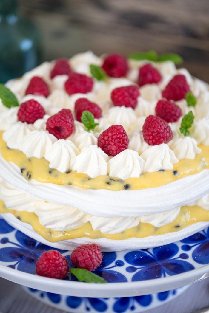 Underbar tårta med marängbottnar och passionsfrukt!