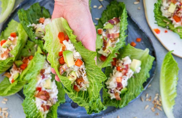 Lätt lunch i form av en wrap i sallad