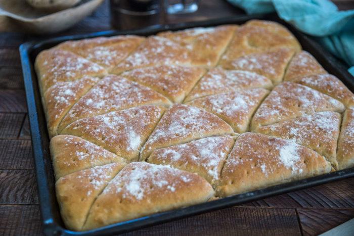 bröd i långpanna i form av trekanter