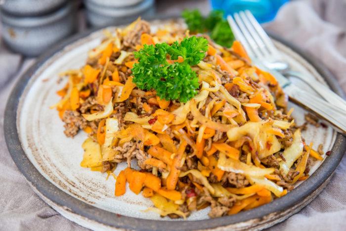 Vitkål, morötter och nötfärs